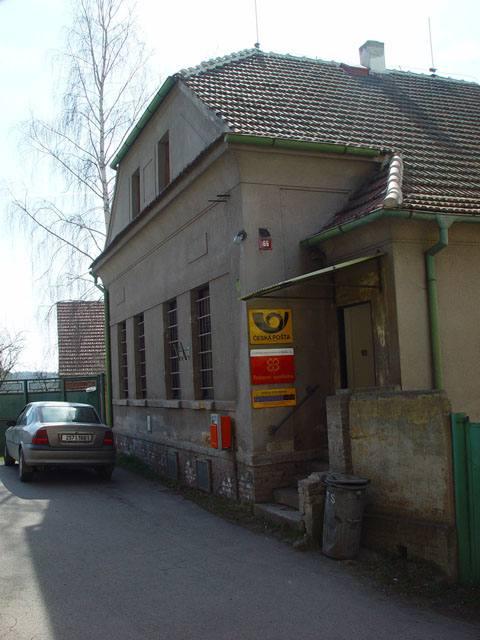Rok 2000-budova České pošty proti kostelu