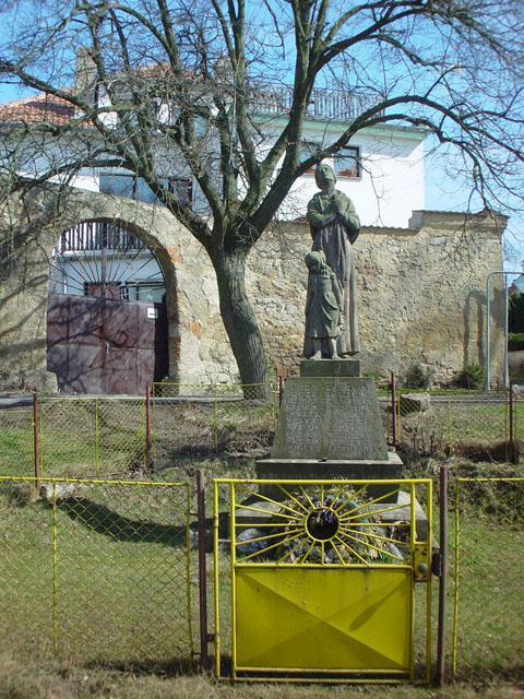 Rok 2000-památník obětem války vcentru obce, pietní avzpomínkové místo