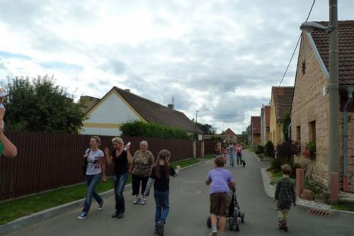 Jindy klidná ulička VBrance plná návštěvníků Pohádkového lesa 2011