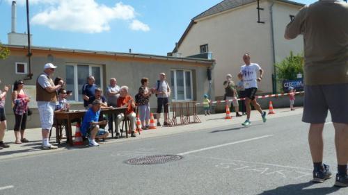 První závodník dobíhá docíle