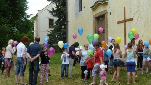 Noc kostelů 2017- příprava navypouštění balonků sdětskými přáními